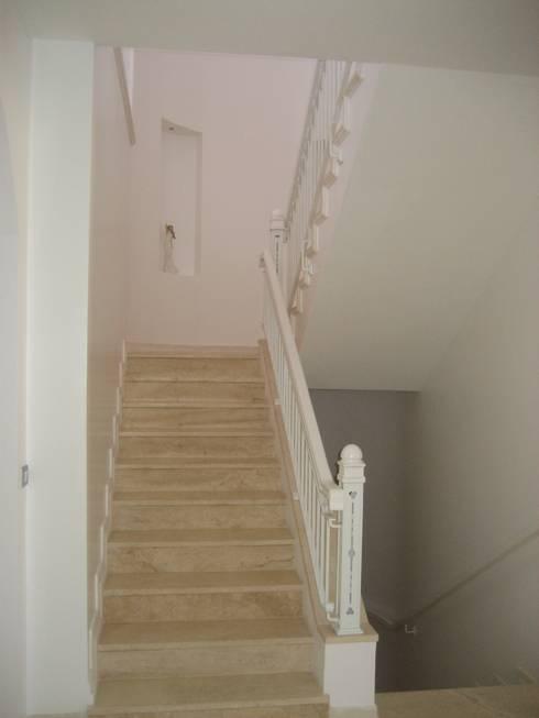 prizma – paşalimanı lüks konut: akdeniz tarzı tarz Koridor, Hol & Merdivenler