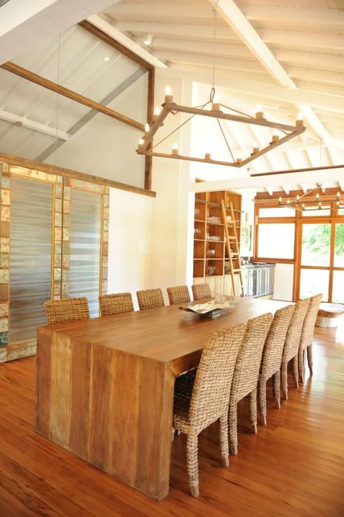 Casa de Campo: Salas de jantar  por Marcela Mendes Interiores