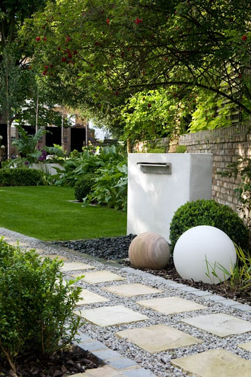 Water Feature and Stone Spheres: modern Garden by Earth Designs