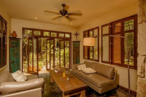 Casa Itmon: Salas de estilo moderno por IURO
