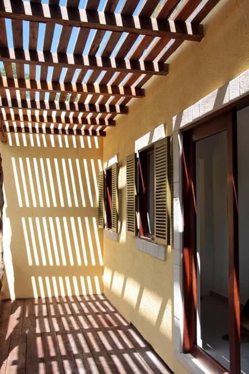 Casa Baya: Casas de estilo moderno por IURO