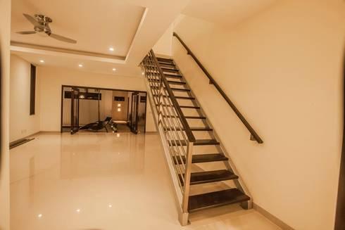 Casa Zama: Pasillos y recibidores de estilo  por IURO