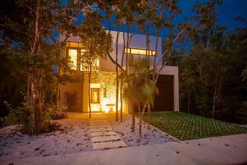 Casa Zama: Casas de estilo moderno por IURO