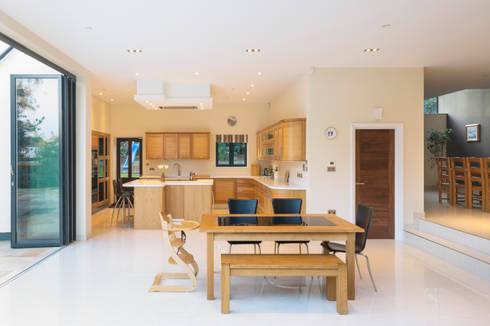 Frost Architects Ltd: modern tarz Mutfak