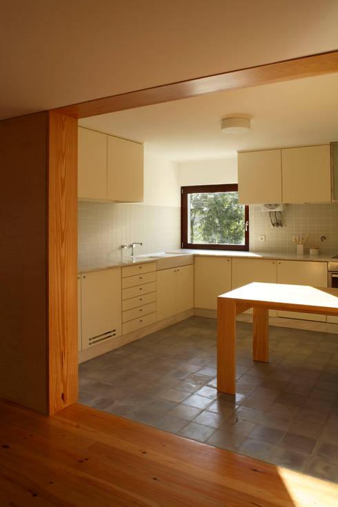 Casa Eira: Cozinhas modernas por SAMF Arquitectos
