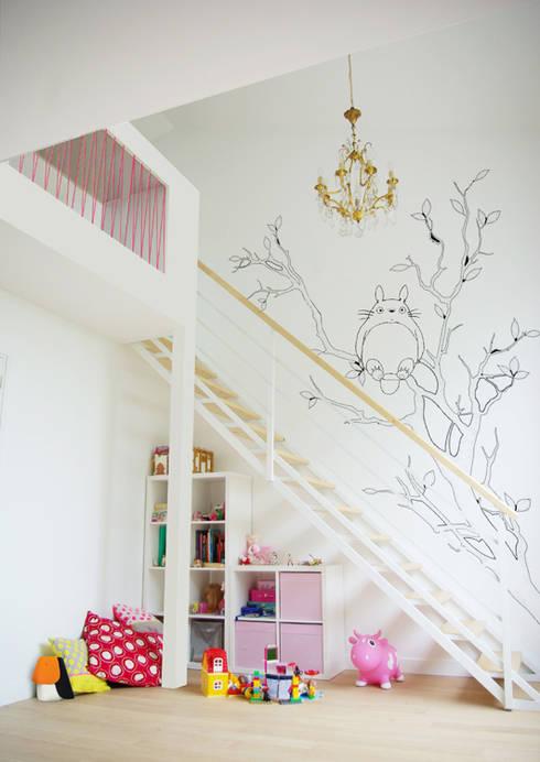 Chambre enfants avec mezzanine + bureau: Chambre d'enfant de style  par Yeme + Saunier