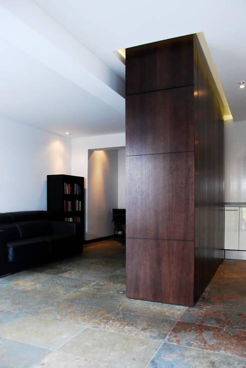 Remodelação de Apartamento T2: Casas modernas por ÀS DUAS POR TRÊS