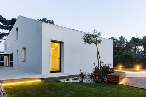 Consulado da República da Namíbia: Casas modernas por a caixa negra