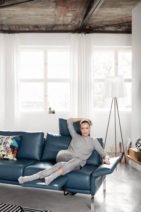moderne Woonkamer door Avelis GmbH & Co KG