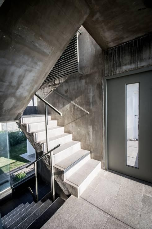 CASA LA SANTINA : Pasillos y recibidores de estilo  por barqs bisio arquitectos