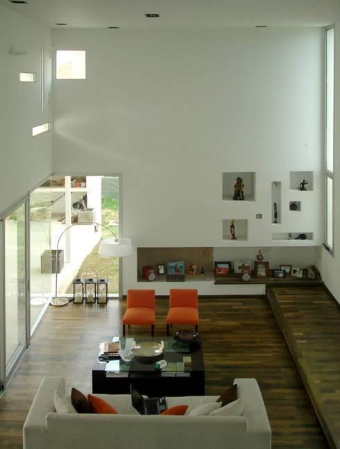 Vivienda en el Bosque: Livings de estilo moderno por FKB ARQUITECTOS