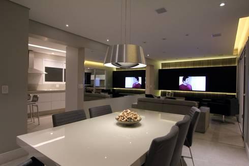 Apartamento Ânima Clube: Salas de jantar minimalistas por ArchDuo Arquitetura