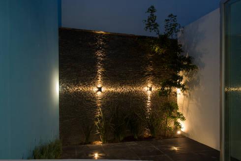 Casas Trapecio: Terrazas de estilo  por INDICO