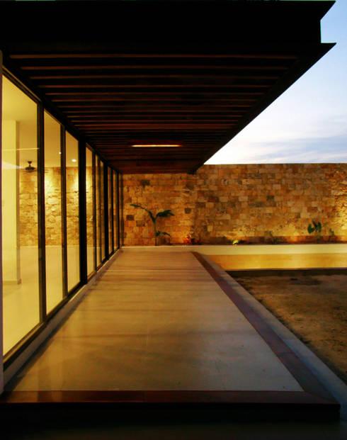 CASA PATIO : Casas de estilo  por STUDIO 360