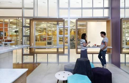 Mandril Arquitetura + Interiores - Sofá Café : Espaços gastronômicos  por Mariana Orsi Fotografia