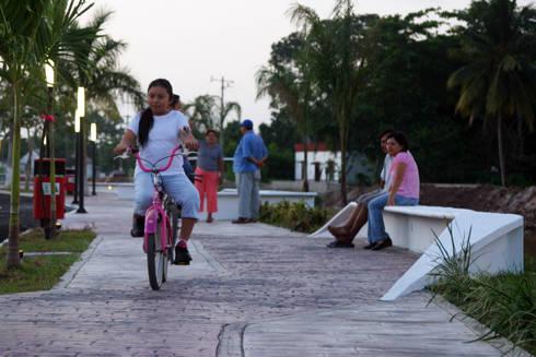 PASEO RIO VIEJO : Jardines de estilo moderno por STUDIO 360