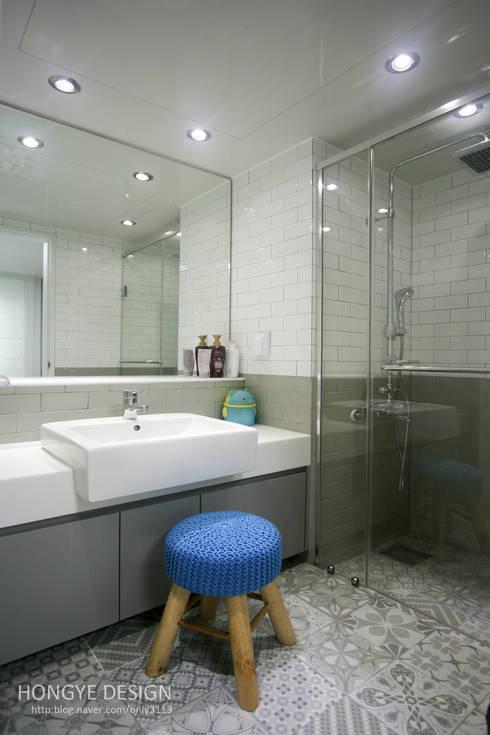 거실의 서재화 , 은혜로운 집 _ 25py: 홍예디자인의  욕실