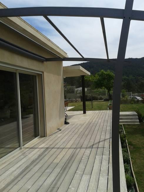 bois et aluminium: Terrasse de style  par agence d'architecture nadia poss