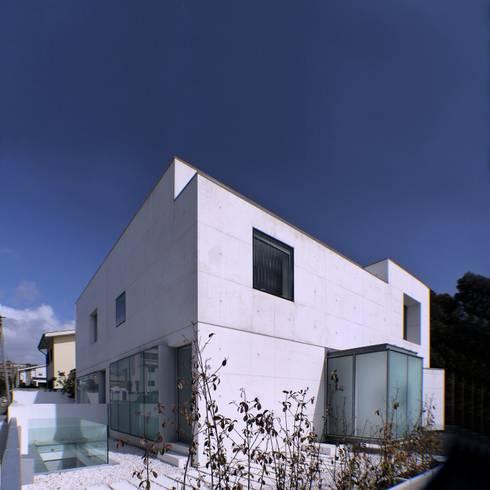 Fachada Poente: Casas minimalistas por João Laranja Queirós
