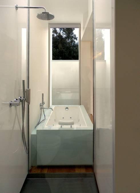 Banheira Suite: Casas de banho minimalistas por João Laranja Queirós