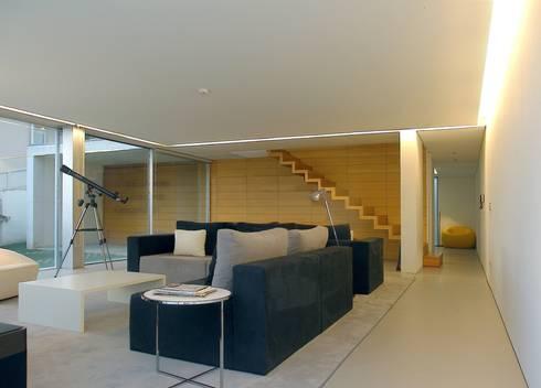 Sala de estar: Salas de estar minimalistas por João Laranja Queirós