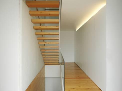 Escadas acesso aos quartos: Corredores e halls de entrada  por João Laranja Queirós