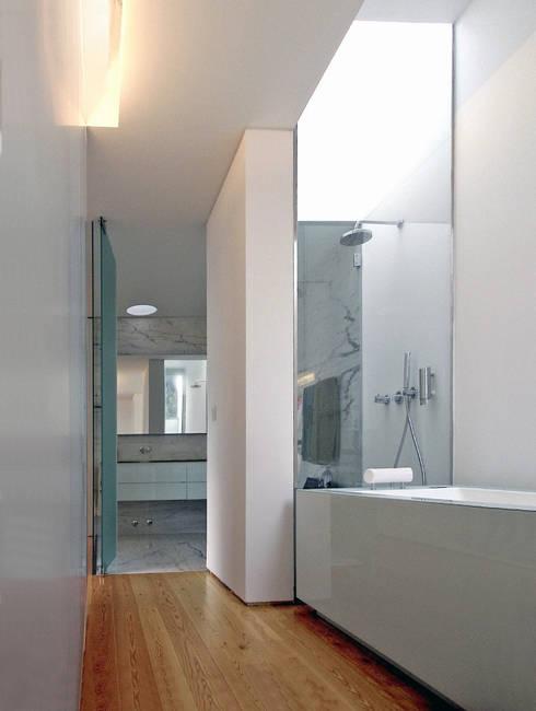 CASA CANIDELO: Casas de banho minimalistas por João Laranja Queirós