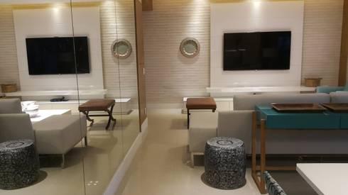 Detalhes living com a utilização de espelhos, marcenaria e revestiventos.: Salas de estar modernas por Lucio Nocito Arquitetura e Design de Interiores