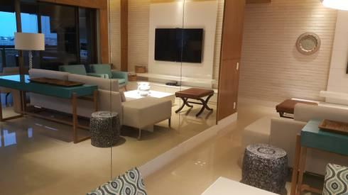 Home theater através do espelho.: Salas de estar modernas por Lucio Nocito Arquitetura e Design de Interiores