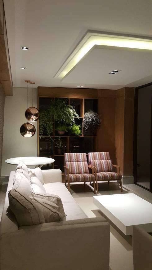 Lounge da varanda com jardim vertical ao fundo.: Salas de estar  por Lucio Nocito Arquitetura e Design de Interiores