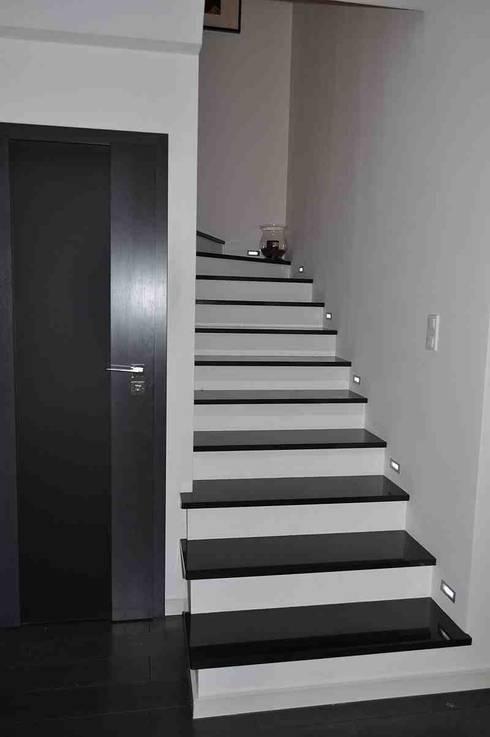 Kamienne schody wewnętrzne - : styl , w kategorii Korytarz, hol i schody zaprojektowany przez Merkam  - Łódź ul. Św. Jerzego 9
