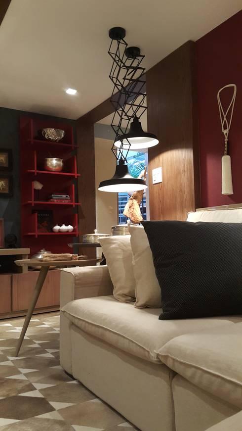 Detalhes que valorizam o ambiente.: Sala de estar  por Lucio Nocito Arquitetura e Design de Interiores