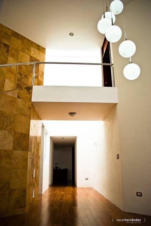 Casa Habitación - T.I: Pasillos y recibidores de estilo  por MATE - ARQUITECTOS