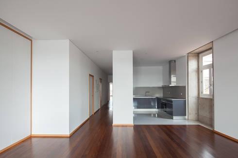 Reabilitação Casa junto ao Rio: Cozinhas minimalistas por Marques Franco Arquitectos