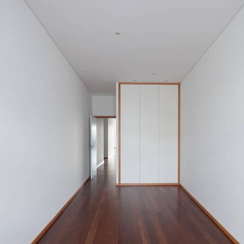 Reabilitação Casa junto ao Rio: Quartos minimalistas por Marques Franco Arquitectos