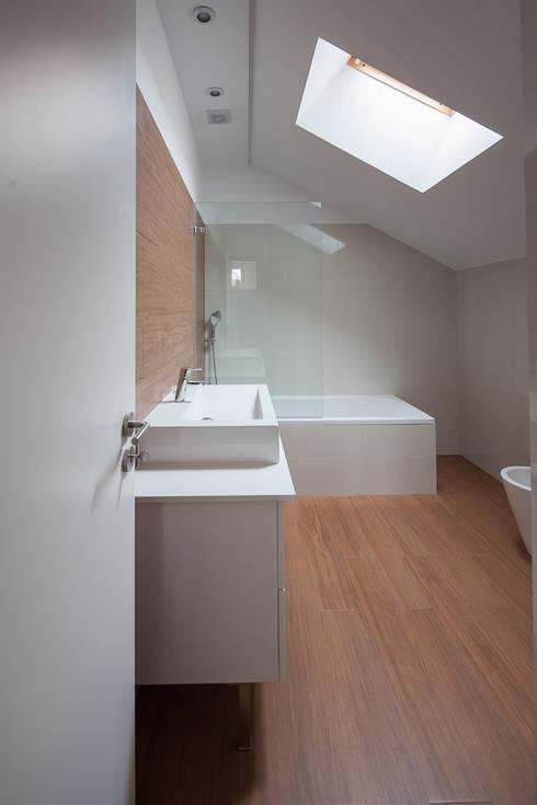 Reabilitação Casa junto ao Rio: Casas de banho minimalistas por Marques Franco Arquitectos