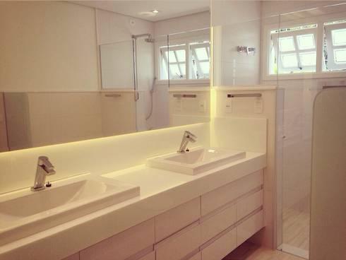 Residência Santana: Banheiros modernos por ArchDuo Arquitetura