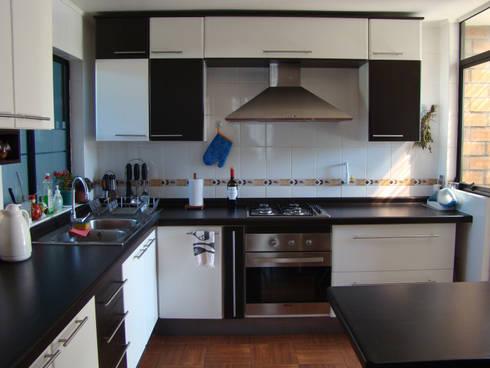 Blanco y negro. Lo sencillo es a veces lo mas encantador.: Cocina de estilo  por Utopia Interiorismo