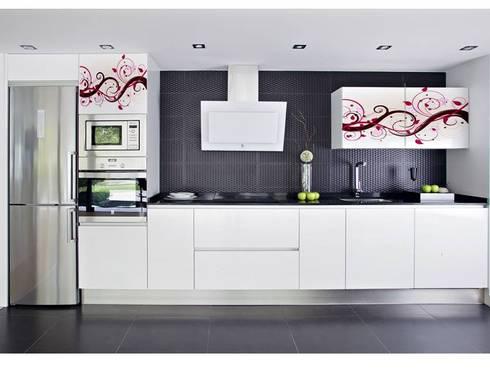 Lo esencial con un toque abstracto.: Cocina de estilo  por Utopia Interiorismo