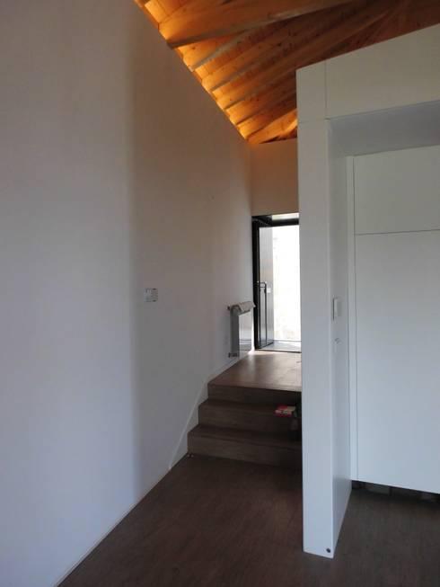 House in Castle Street | Vila Nova de Gaia | Portugal: Corredores e halls de entrada  por Bastos & Cabral - Arquitectos, Lda. | 2B&C