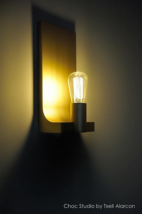 Gouden wandlamp:  Woonkamer door choc studio interieur
