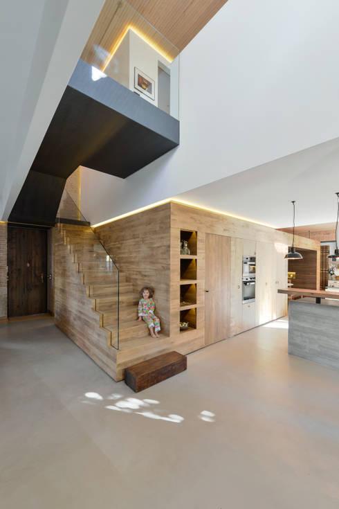 Pasillos y vestíbulos de estilo  de Ricardo Moreno Arquitectos