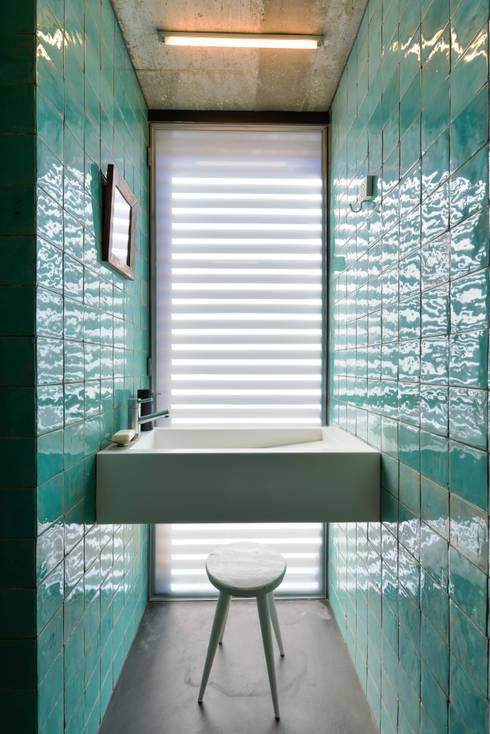 Casa em S. Pedro do Estoril: Casas de banho modernas por Ricardo Moreno Arquitectos