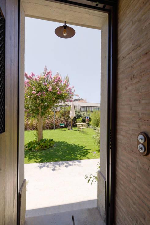 Casa em S. Pedro do Estoril: Jardins  por Ricardo Moreno Arquitectos