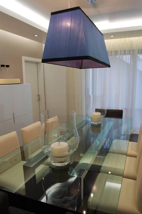 MORADIA RIBEIRINHA: Salas de jantar ecléticas por Critério Arquitectos by Canteiro de Sousa