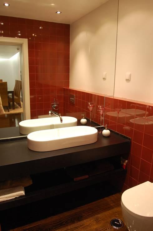 MORADIA RIBEIRINHA: Casas de banho ecléticas por Critério Arquitectos by Canteiro de Sousa