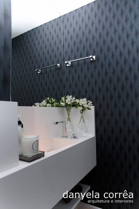 Apartamento: Banheiros clássicos por Danyela Corrêa