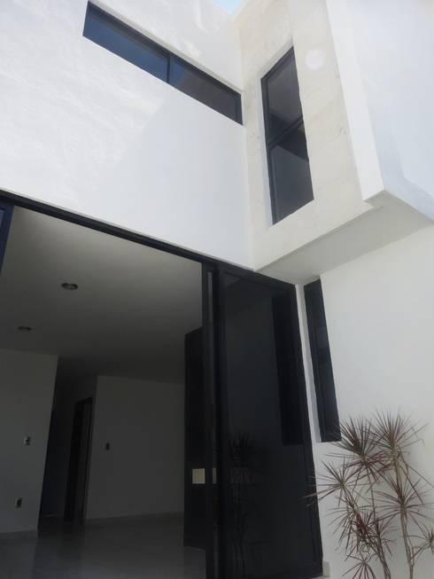 Fachada Posterior: Casas de estilo moderno por CONSTRUCTORA ARQOCE