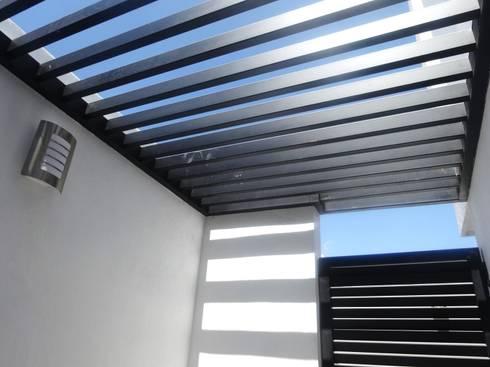 PERGOLA EN ÁREA DE SERVICIO: Balcones y terrazas de estilo moderno por CONSTRUCTORA ARQOCE