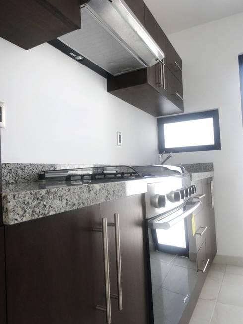 CASA MADERAS: Cocinas de estilo moderno por CONSTRUCTORA ARQOCE
